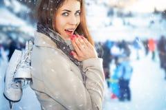 Πάγος-Skateing, όμορφη γυναίκα κρατά τα παπούτσια πατινάζ πάγου για το χόκεϋ Στοκ εικόνα με δικαίωμα ελεύθερης χρήσης