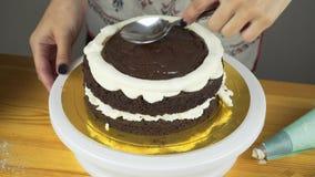 Πάγωμα έκχυσης στο κέικ Κατασκευή του κέικ στρώματος σοκολάτας σειρά απόθεμα βίντεο