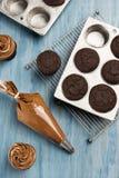 Πάγωμα της δροσισμένης σοκολάτας Cupcakes Στοκ φωτογραφία με δικαίωμα ελεύθερης χρήσης