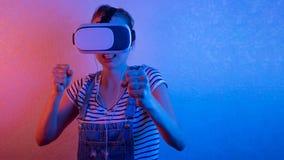 Πάλες νέων κοριτσιών στα γυαλιά vr, παιχνίδια με το μπλε και το κόκκινο φως στοκ φωτογραφία με δικαίωμα ελεύθερης χρήσης
