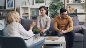Πάλη νεαρών άνδρων με τη σύζυγο να συμβουλεύσει έπειτα τον ψυχολόγο που δίνει τις συμβουλές απόθεμα βίντεο