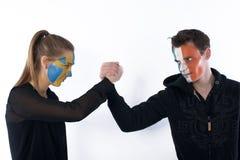πάλη ποδοσφαίρου ποδοσφαίρου ανεμιστήρων βραχιόνων Στοκ φωτογραφία με δικαίωμα ελεύθερης χρήσης