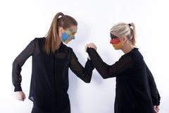 πάλη ποδοσφαίρου ποδοσφαίρου ανεμιστήρων βραχιόνων Στοκ Εικόνες