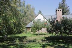 Πάλο Άλτο, Καλιφόρνια, το Σεπτέμβριο του 2016 σπίτι του Στηβ Τζομπς με τα δέντρα μηλιάς στοκ εικόνα με δικαίωμα ελεύθερης χρήσης