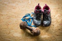 Πάνινα παπούτσια, αλτήρες και ταινία Στοκ εικόνες με δικαίωμα ελεύθερης χρήσης