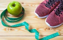 Πάνινα παπούτσια, εκατοστόμετρο και φρέσκια τοπ άποψη μήλων Υγιής και activ Στοκ φωτογραφία με δικαίωμα ελεύθερης χρήσης