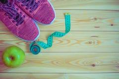 Πάνινα παπούτσια, εκατοστόμετρο και φρέσκια τοπ άποψη μήλων Υγιής και activ Στοκ Φωτογραφίες
