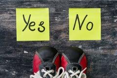 πάνινα παπούτσια Η επιλογή μεταξύ ναι και αριθ. Στοκ εικόνες με δικαίωμα ελεύθερης χρήσης