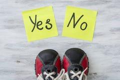 πάνινα παπούτσια Η επιλογή μεταξύ ναι και αριθ. Στοκ φωτογραφία με δικαίωμα ελεύθερης χρήσης