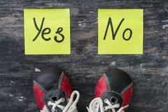 πάνινα παπούτσια Η επιλογή μεταξύ ναι και αριθ. Στοκ Φωτογραφία