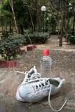 Πάνινα παπούτσια και ένα μπουκάλι νερό στοκ φωτογραφίες με δικαίωμα ελεύθερης χρήσης