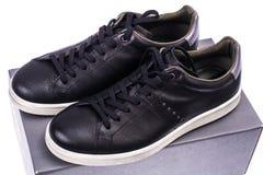 Πάνινα παπούτσια μαύρων ` s με τα άσπρα πέλματα Στοκ Φωτογραφίες