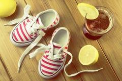 Πάνινα παπούτσια μικρών κοριτσιών στοκ εικόνα
