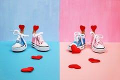 Πάνινα παπούτσια μωρών στο ρόδινο και μπλε υπόβαθρο, έννοια ντους μωρών Στοκ φωτογραφίες με δικαίωμα ελεύθερης χρήσης