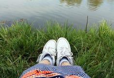 Πάνινα παπούτσια νεολαίας και αναδρομικό φόρεμα στο κορίτσι Στοκ Φωτογραφία