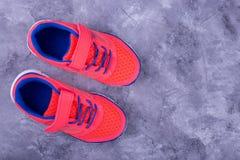 Πάνινα παπούτσια παιδιών ` s στο γκρίζο υπόβαθρο Στοκ εικόνα με δικαίωμα ελεύθερης χρήσης