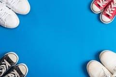 Πάνινα παπούτσια παιδιών πρόσκληση συγχαρητηρίων καρτών ανασκόπησης Στοκ Εικόνες