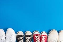 Πάνινα παπούτσια παιδιών πρόσκληση συγχαρητηρίων καρτών ανασκόπησης Στοκ Φωτογραφία
