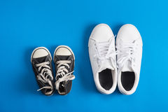 Πάνινα παπούτσια παιδιών πρόσκληση συγχαρητηρίων καρτών ανασκόπησης Στοκ Φωτογραφίες