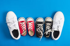 Πάνινα παπούτσια παιδιών πρόσκληση συγχαρητηρίων καρτών ανασκόπησης Στοκ Εικόνα