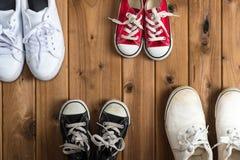 Πάνινα παπούτσια παιδιών Woodgrain υπόβαθρο Στοκ φωτογραφίες με δικαίωμα ελεύθερης χρήσης