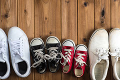 Πάνινα παπούτσια παιδιών Woodgrain υπόβαθρο Στοκ εικόνες με δικαίωμα ελεύθερης χρήσης
