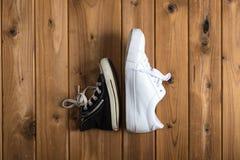 Πάνινα παπούτσια παιδιών Woodgrain υπόβαθρο Στοκ εικόνα με δικαίωμα ελεύθερης χρήσης