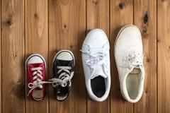 Πάνινα παπούτσια παιδιών Woodgrain υπόβαθρο Στοκ Εικόνες