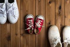 Πάνινα παπούτσια παιδιών Woodgrain υπόβαθρο Στοκ Φωτογραφία