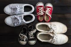 Πάνινα παπούτσια παιδιών Woodgrain υπόβαθρο Στοκ φωτογραφία με δικαίωμα ελεύθερης χρήσης