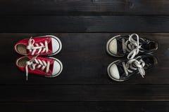 Πάνινα παπούτσια παιδιών Woodgrain υπόβαθρο Στοκ Εικόνα