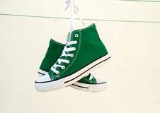 Πάνινα παπούτσια που δένονται Στοκ φωτογραφία με δικαίωμα ελεύθερης χρήσης