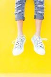 Πάνινα παπούτσια ποδιών στο κίτρινο υπόβαθρο, μόδα τρόπου ζωής Στοκ εικόνες με δικαίωμα ελεύθερης χρήσης