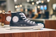 Πάνινα παπούτσια σε ένα κατάστημα πολυτέλειας Στοκ Εικόνες