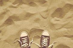 Πάνινα παπούτσια Unlaced στην παραλία, αναδρομική φωτογραφία ύφους, τοπ άποψη Στοκ Εικόνες