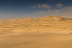 Πάνω από έναν κίτρινο αμμόλοφο άμμου Στοκ Εικόνες