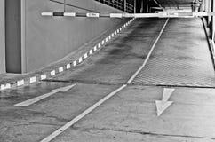 Πάνω-κάτω το σημάδι βελών και την περιορισμένη υψηλή γραμμή Στοκ Εικόνες