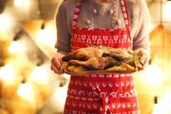 Πάπια και πατάτα ψητού στο ξύλινο πιάτο Στοκ Φωτογραφίες