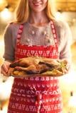 Πάπια και πατάτα ψητού στο ξύλινο πιάτο Στοκ Εικόνες
