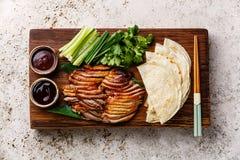 Πάπια Πεκίνου με το αγγούρι, τα κρεμμύδια, το cilantro και τις τηγανίτες στοκ φωτογραφίες με δικαίωμα ελεύθερης χρήσης