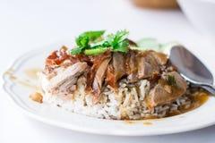 Πάπια που ψήνεται στη σχάρα με το ρύζι στα τρόφιμα πρωινού της Ταϊλάνδης Στοκ Εικόνες
