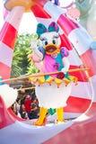 Πάπια της Daisy που συμμετέχει στην παρέλαση DisneyWorld στοκ φωτογραφία