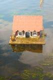 Πάπιες στο νερό και το σπίτι Στοκ εικόνες με δικαίωμα ελεύθερης χρήσης