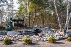Πάρκο άνοιξη που διακοσμείται με τη γέφυρα πετρών και το άγαλμα Poseidon Στοκ φωτογραφία με δικαίωμα ελεύθερης χρήσης