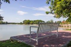 Πάρκο, δέντρα και πάγκος όχθεων της λίμνης Στοκ φωτογραφίες με δικαίωμα ελεύθερης χρήσης
