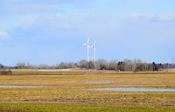 Πάρκο ανεμόμυλων στη Λετονία - άποψη από ploughland με τα παγωμένα νερά Στοκ φωτογραφία με δικαίωμα ελεύθερης χρήσης