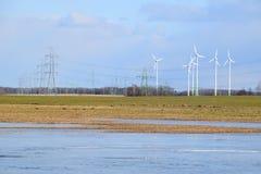 Πάρκο ανεμόμυλων στη Λετονία - άποψη από ploughland με τα παγωμένα νερά Στοκ Εικόνες