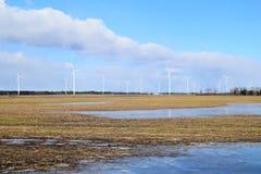 Πάρκο ανεμόμυλων στη Λετονία - άποψη από ploughland με τα παγωμένα νερά Στοκ εικόνες με δικαίωμα ελεύθερης χρήσης