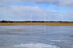 Πάρκο ανεμόμυλων στη Λετονία - άποψη από ploughland με τα παγωμένα νερά Στοκ φωτογραφίες με δικαίωμα ελεύθερης χρήσης