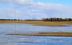 Πάρκο ανεμόμυλων στη Λετονία - άποψη από ploughland με τα παγωμένα νερά Στοκ Φωτογραφίες